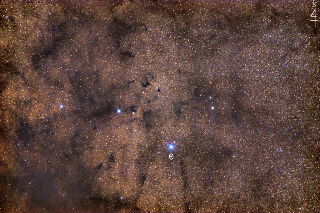 一眼カメラとカメラレンズで撮影したへびつかい座のS字j状暗黒星雲(スネーク星雲)バーナード72の星野・星空写真です。撮影日時は2020年04月30日03時06分51秒から。