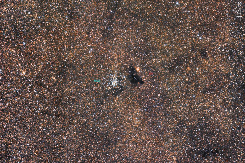 2021年06月09日23時58分54秒から撮影した射手座の暗黒星雲バーナード86(右)と散開星団NGC6520(左)の天体写真です。焦点距離はフルサイズ換算約1749mmで上が北です。