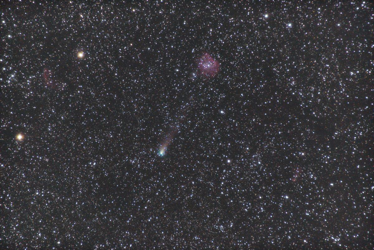 PENTAX KP/TAMRON AF18-200mm F3.5-6.3 XR DiII/フルサイズ換算200㎜/ISO25600/露出30秒/F4.5/20枚を加算平均コンポジット/ダーク減算なし/ソフトビニングフラット補正をした2018年09月18日03時44分30秒から撮影したジャコビニ・ツィナー(ジャコビニ・チンナー)彗星とNGC2174(モンキー星雲)の星空写真(星野写真)です。