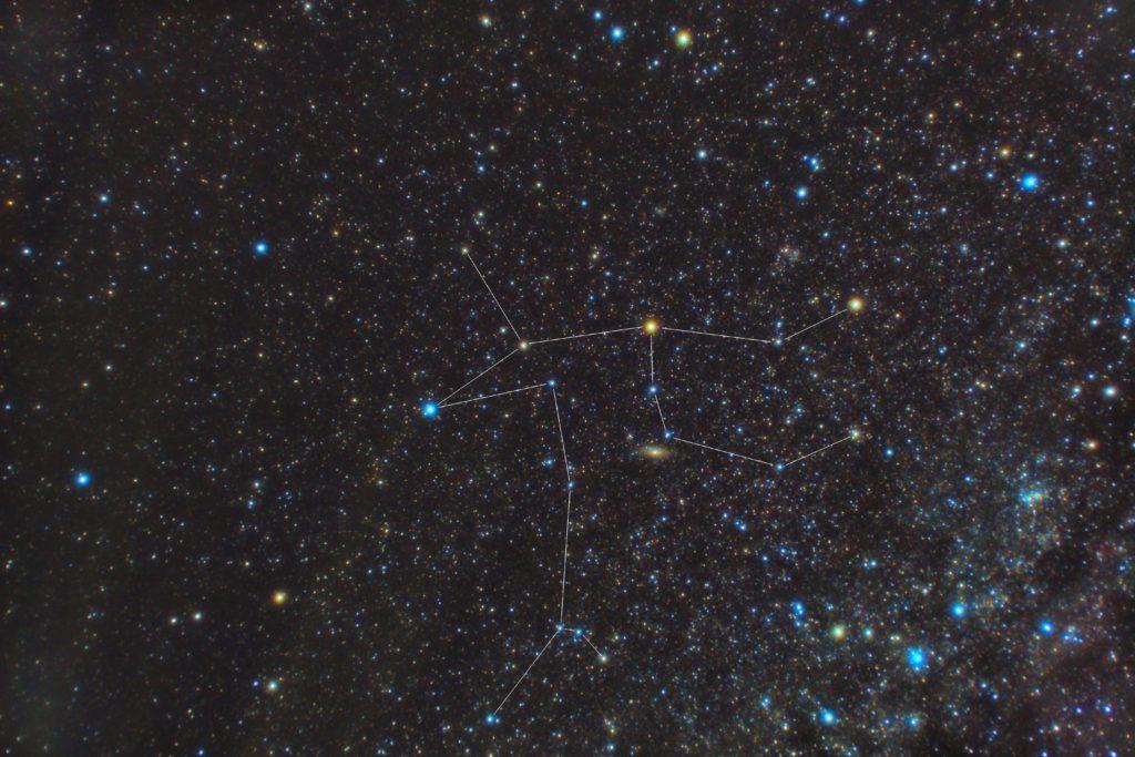 一眼レフとカメラレンズで2018年09月18日01時54分07秒から撮影したアンドロメダ座の星座線入り星空写真(星野写真)です。