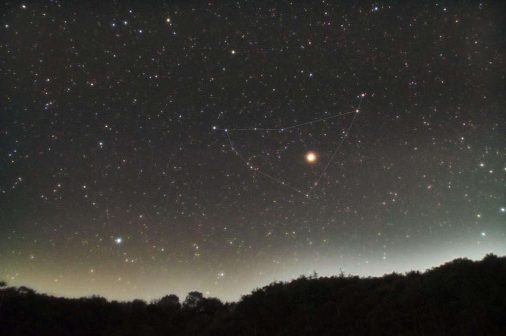 PENTAX KP/TAMRON AF18-200mm F3.5-6.3 XR DiII/フルサイズ換算27㎜/星空はISO6400/露出60秒/F4.5/30枚を加算平均コンポジットで地上景色も同じ設定でコンポジット数は8枚/ダーク減算なし/ソフトビニングフラット補正をした2018年10月08日19時48分22秒から撮影したやぎ座の新星景写真(星空写真)です。
