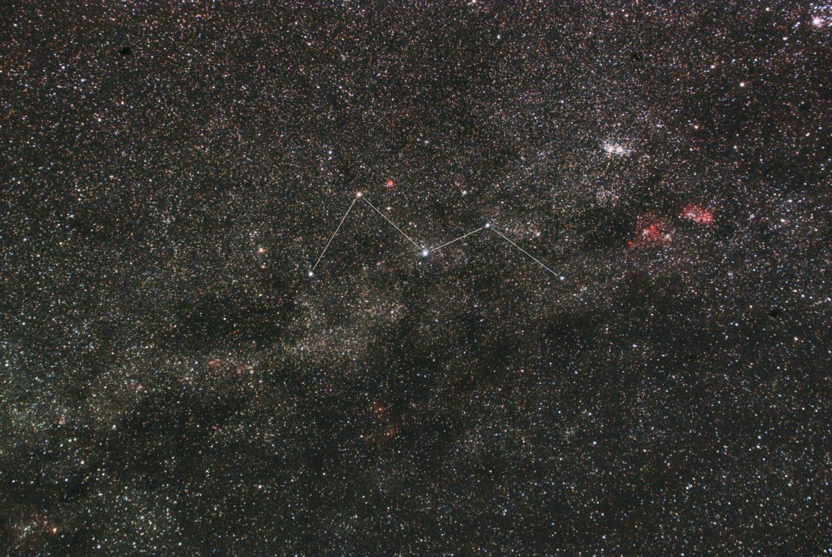 カシオペア座付近の星座線入り星野写真です。撮影日は2018年11月10日21時58分00秒~で、一眼レフカメラ(CANON EOS KISS X2 IRカットレス改造)/カメラレンズ(TAMRON ズームレンズ AF28-300mm F3.5-6.3 ASPHERICAL XR LC)/フルサイズ換算42㎜/ISO1600/F5.6/露出4分/18枚を加算平均コンポジット/ダーク減算なし/ソフトビニングフラット補正です。