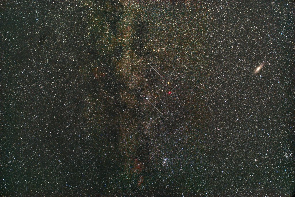 一眼レフカメラとズームレンズで2018年07月16日02時25分43秒から撮影して星座線入りのカシオペア座付近の天の川の星空写真(星野写真)を作成しました。