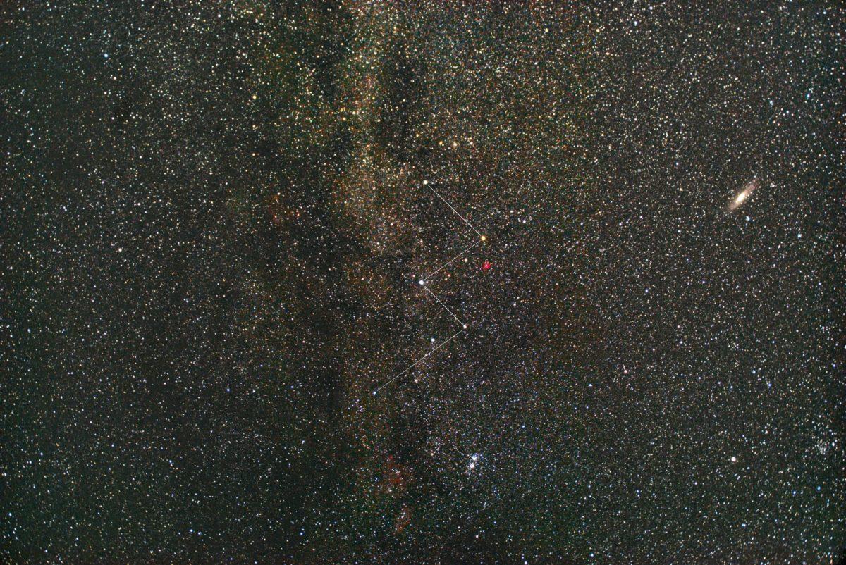 PENTAX KP/TAMRON AF18-200mm F3.5-6.3 XR DiII/フルサイズ換算42㎜/ISO6400/露出30秒/F4.5/52枚加算平均コンポジットした2018年07月16日02時25分43秒から撮影した星座線入りのカシオペア座付近の天の川の星空写真(星野写真)です。