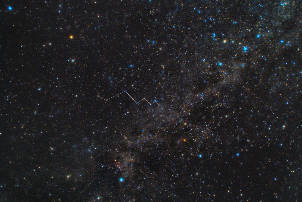 とかげ座(蜥蜴座)の星座線入り星野写真(星空写真)です。撮影日時は2018年11月06日21時42分37秒から。PENTAX KP/TAMRON AF18-200mm F3.5-6.3 XR DiII/プロソフトンA/フルサイズ換算27㎜/ISO6400/露出30秒/F4.5/47枚を加算平均コンポジット/ダーク減算なし/ソフトビニングフラット補正です。