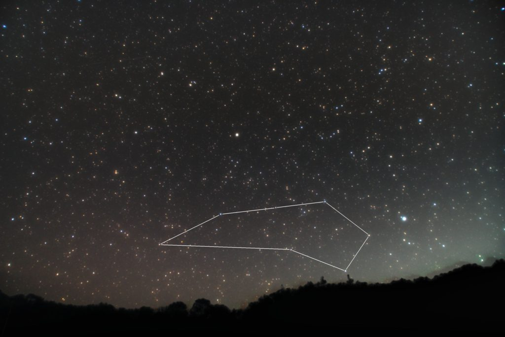 一眼レフカメラとズームレンズで2018年10月08日23時00分01秒に撮影した彫刻室座(ちょうこくしつ座)の星座線入り星空写真(新星景写真)です。