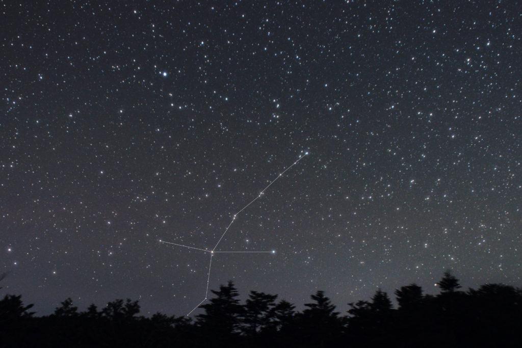 一眼レフカメラとズームレンズで2019年09月25日21時50分05秒から撮影した鶴座(つる座)の星座線入り星景色写真です。