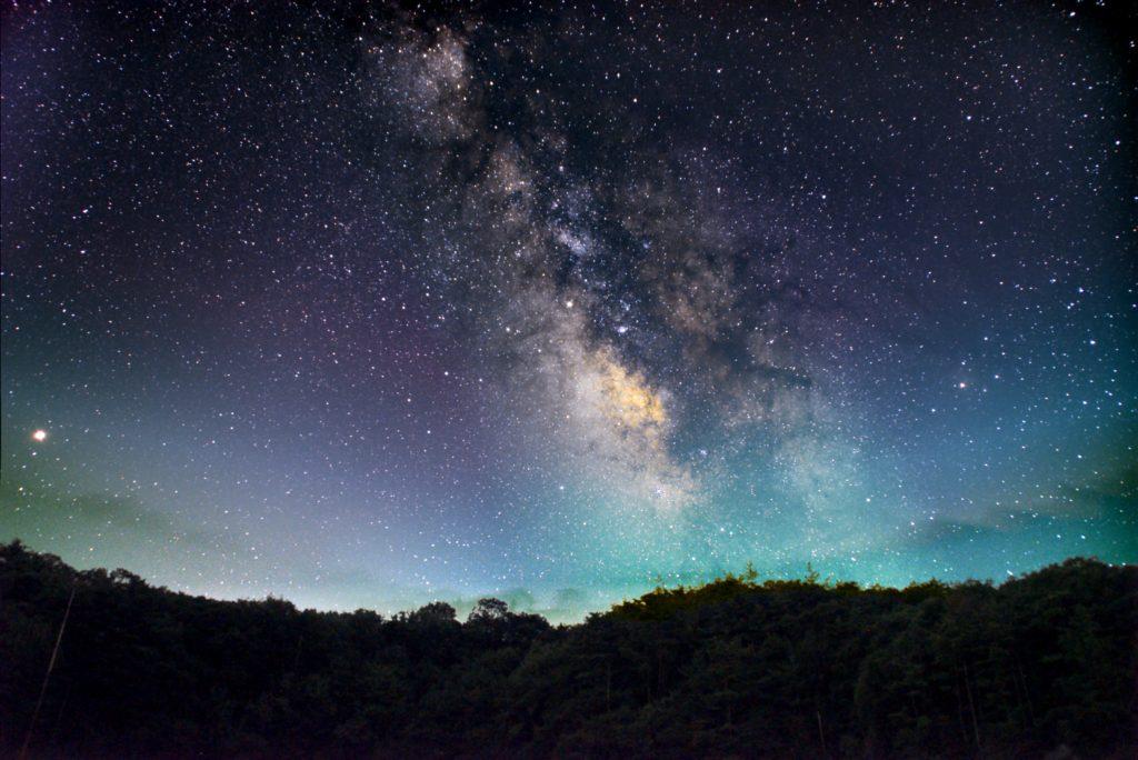星空がISO6400/30sec/F4.5/120枚を加算平均コンポジット、地上が4枚加算平均コンポジットをしたPENTAX-KPとTAMRONズームレンズ(18~200mm)にてフルサイズ換算27㎜で2018年7月15日21時41分43秒から撮影したさそり座~いて座付近の天の川の新星景写真(星空・地上固定)です。