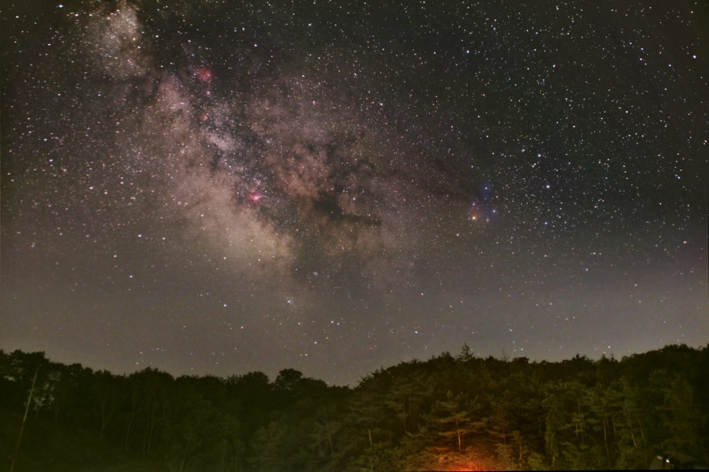 2021年06月10日00時13分13秒から神野山のグラウンドで撮影した南中する天の川の新星景写真です。