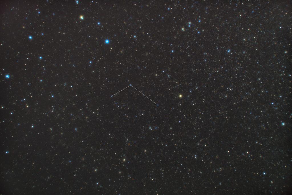 一眼カメラで撮影したろくぶんぎ座(六分儀座)の星座線入り星野写真(星空写真)です。撮影日時は2018年12月11日03時15分01秒から。PENTAX KP/TAMRON AF18-200mm F3.5-6.3 XR DiII/ケンコープロソフトンA/フルサイズ換算27㎜/ISO3200/露出2分/F4.5/15枚を加算平均コンポジット/ダーク減算なし/ソフトビニングフラット補正です。