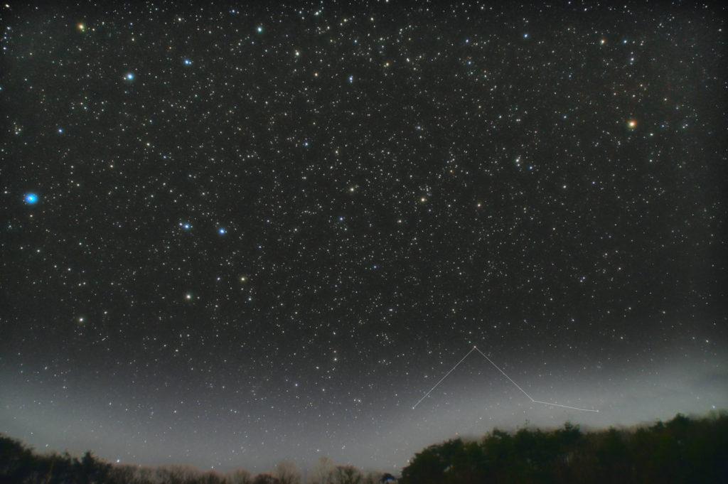 一眼カメラで撮影したポンプ座の星座線入り新星景写真(星空写真)です。撮影日時は2019年04月03日21時57分32秒から。PENTAX KP/TAMRON AF18-200mm F3.5-6.3 XR DiII/ケンコープロソフトンA/フルサイズ換算約27㎜。星空はISO1600/露出1分/F4.5/30枚で地上景色はISO6400/F4.5/1分/15枚を加算平均コンポジット。ダーク減算なしでソフトビニングフラット補正です。