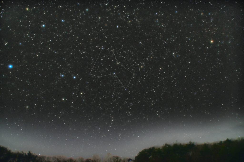 一眼カメラで撮影したコップ座の星座線入り新星景写真(星空写真)です。撮影日時は2019年04月03日21時57分32秒から。PENTAX KP/TAMRON AF18-200mm F3.5-6.3 XR DiII/ケンコープロソフトンA/フルサイズ換算約27㎜。星空はISO1600/露出1分/F4.5/30枚で地上景色はISO6400/F4.5/1分/15枚を加算平均コンポジット。ダーク減算なしでソフトビニングフラット補正です。