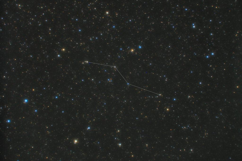 一眼カメラとカメラレンズで撮影したこじし座(小獅子座)の星座線入り星野写真(星空写真)です。撮影日時は2019年05月07日20時49分19秒から。PENTAX KP/TAMRON AF18-200mm F3.5-6.3 XR DiII/ケンコープロソフトンA/フルサイズ換算40㎜/ISO3200/F4.5/露出1分/31枚を加算平均コンポジット/ダーク減算なし/ソフトビニングフラット補正です。