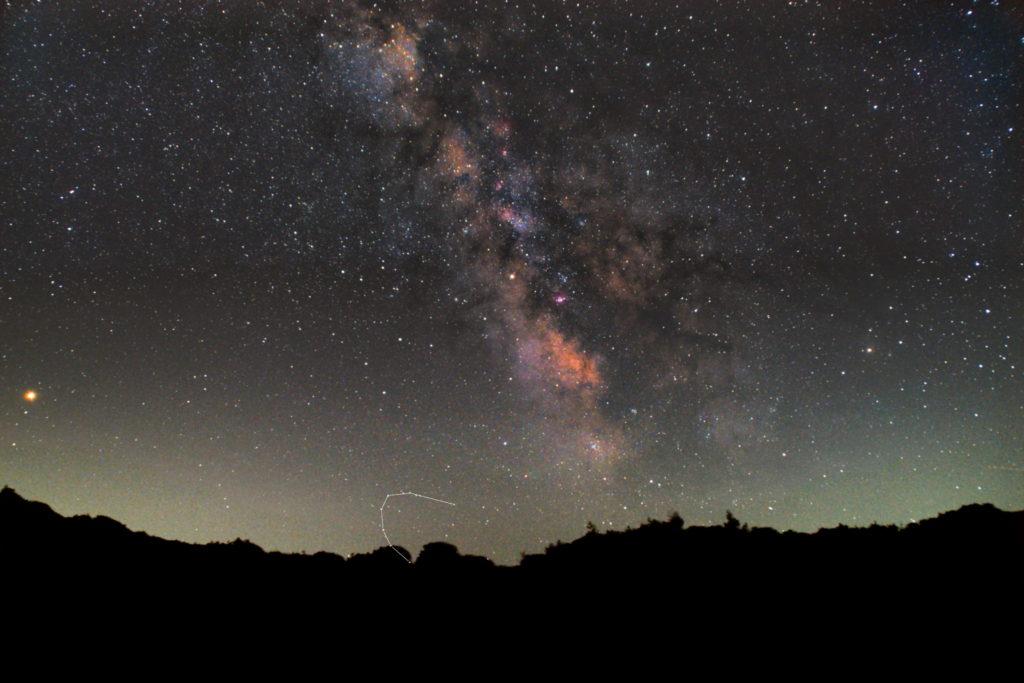 一眼カメラとカメラレンズで撮影した南の冠座(みなみのかんむり座)の星座線入り新星景色写真です。撮影日時は2018年07月15日21時41分43秒から。PENTAX KP/TAMRON AF18-200mm F3.5-6.3 XR DiII/ケンコープロソフトンA/フルサイズ換算27㎜/I星空追尾はSO6400/F4.5/30秒/120枚を加算平均コンポジット/ダーク減算なし/ソフトビニングフラット補正です。