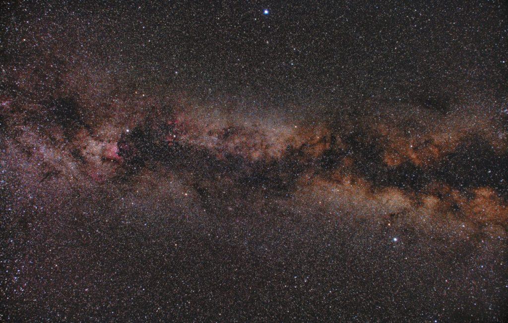 2018年06月17日02時20分56秒から一眼レフとカメラレンズで撮影した白鳥座(はくちょう座)の天の川と夏の大三角付近の星空写真(星野写真)です。