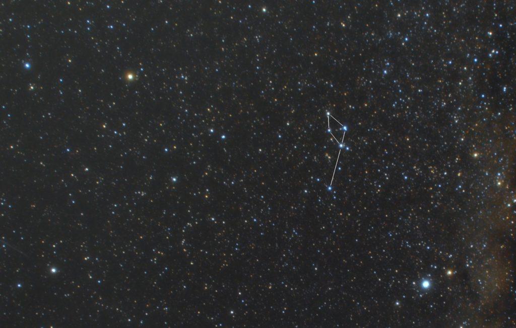 いるか座(海豚座)の星座線入り星野写真(星空写真)です。撮影日時は2018年11月06日20時11分22秒から。PENTAX KP/TAMRON AF18-200mm F3.5-6.3 XR DiII/プロソフトンA/フルサイズ換算27㎜/ISO6400/露出30秒/F4.5/30枚を加算平均コンポジット/ダーク減算なし/ソフトビニングフラット補正です。