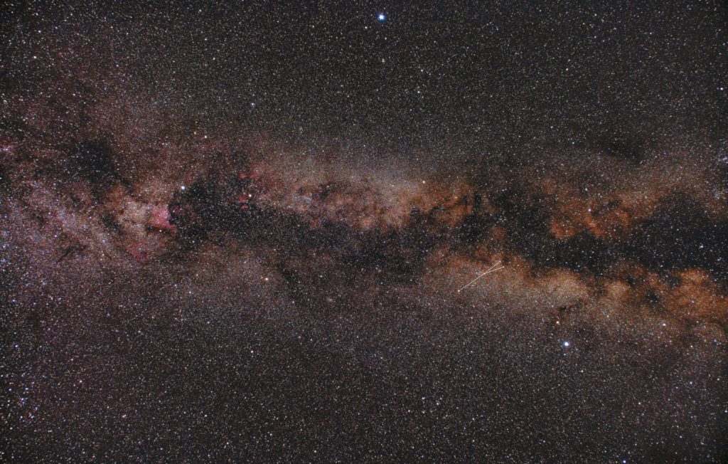 PENTAX KP/TAMRON AF18-200mm F3.5-6.3 XR DiII/フルサイズ換算27㎜/ISO12800/F4.5/1分/52枚を加算平均コンポジット/ダーク減算なし/ソフトビニングフラット補正をした2018年06月17日02時20分56秒から撮影した、や座(矢座)の星座線入り星野写真(星空写真)です。