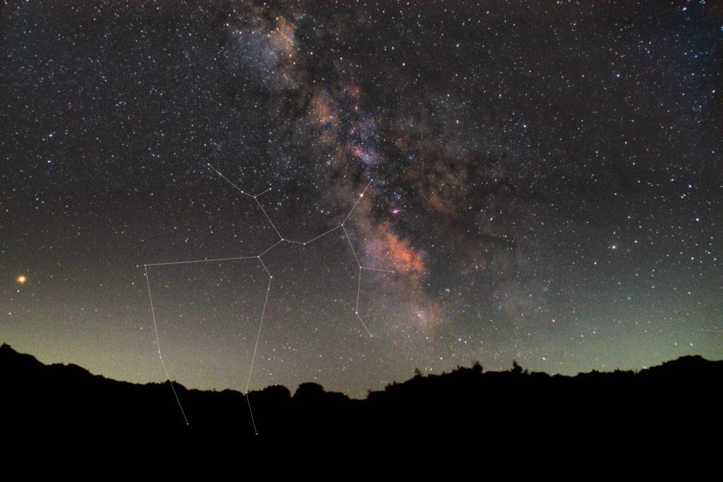 一眼カメラとカメラレンズで撮影した射手座(いて座)の星座線入り新星景色写真です。撮影日時は2018年07月15日21時41分43秒から。PENTAX KP/TAMRON AF18-200mm F3.5-6.3 XR DiII/ケンコープロソフトンA/フルサイズ換算27㎜/I星空追尾はSO6400/F4.5/1分/120枚を加算平均コンポジット/ダーク減算なし/ソフトビニングフラット補正です。