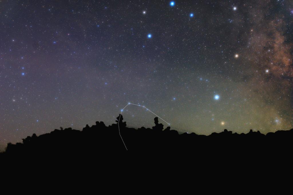 一眼カメラとカメラレンズで撮影した南冠座(みなみのかんむり座)の星座線入り新星景色写真です。撮影日時は2019年09月03日20時31分22秒から。PENTAX KP/TAMRON AF18-200mm F3.5-6.3 XR DiII/ケンコープロソフトンA/フルサイズ換算72㎜/ISO3200/F4.5/60秒/23枚を加算平均コンポジット/ダーク減算なし/ソフトビニングフラット補正です。
