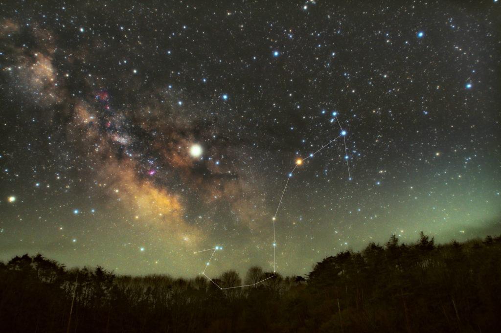 一眼カメラとカメラレンズで撮影した蠍座(さそり座)の星座線入り新星景色写真です。撮影日時は2019年04月04日03時10分00秒から。PENTAX KP/TAMRON AF18-200mm F3.5-6.3 XR DiII/ケンコープロソフトンA/フルサイズ換算27㎜/I星空追尾はSO3200/F4.5/1分/42枚で地上固定はIS03200/F4.5/2分/10枚で加算平均コンポジット/ダーク減算なし/ソフトビニングフラット補正です。