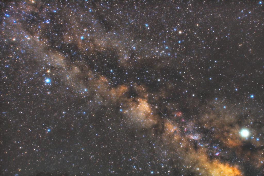 一眼カメラとカメラレンズで撮影した楯座(たて座)の星座線入り星野・星空写真です。撮影日時は2019年05月04日01時59分57秒から。PENTAX KP/TAMRON AF18-200mm F3.5-6.3 XR DiII/ケンコープロソフトンA/フルサイズ換算32㎜/ISO25600/F4.5/30秒/140枚を加算平均コンポジット/ダーク減算なし/ソフトビニングフラット補正です。