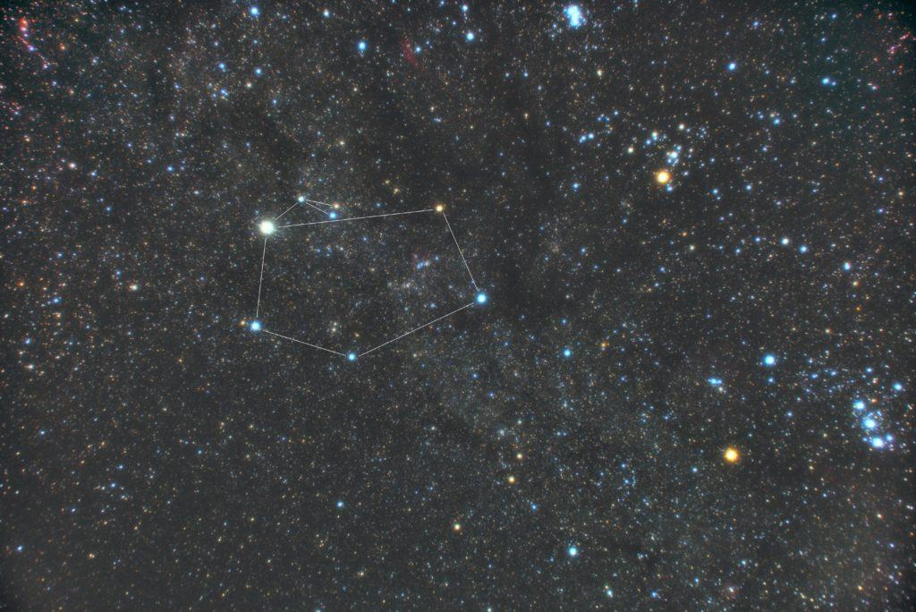 PENTAX KP/TAMRON AF18-200mm F3.5-6.3 XR DiII/プロソフトンA/フルサイズ換算27㎜/ISO1600/F4.5/2分/20枚加算平均コンポジット/ダーク減算なし/ソフトビニングフラット補正をした2018年11月07日00時11分54秒から撮影したぎょしゃ座(馭者座)の星座線入り星野写真(星空写真)です。