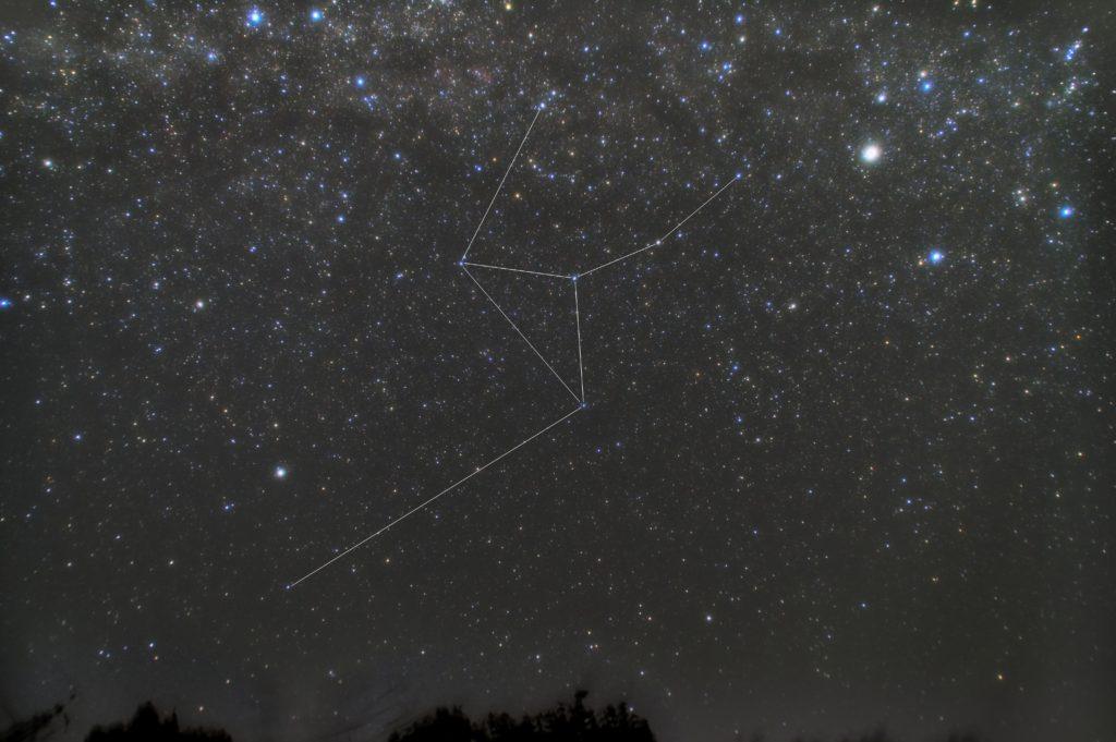 一眼カメラで撮影したきりん座(麒麟座)の星座線入り星野写真(星空写真)です。撮影日時は2018年12月10日20時36分16秒から。PENTAX KP/TAMRON AF18-200mm F3.5-6.3 XR DiII/ケンコープロソフトンA/フルサイズ換算27㎜/ISO3200/露出30秒/F4.5/60枚を加算平均コンポジット/ダーク減算なし/ソフトビニングフラット補正です。