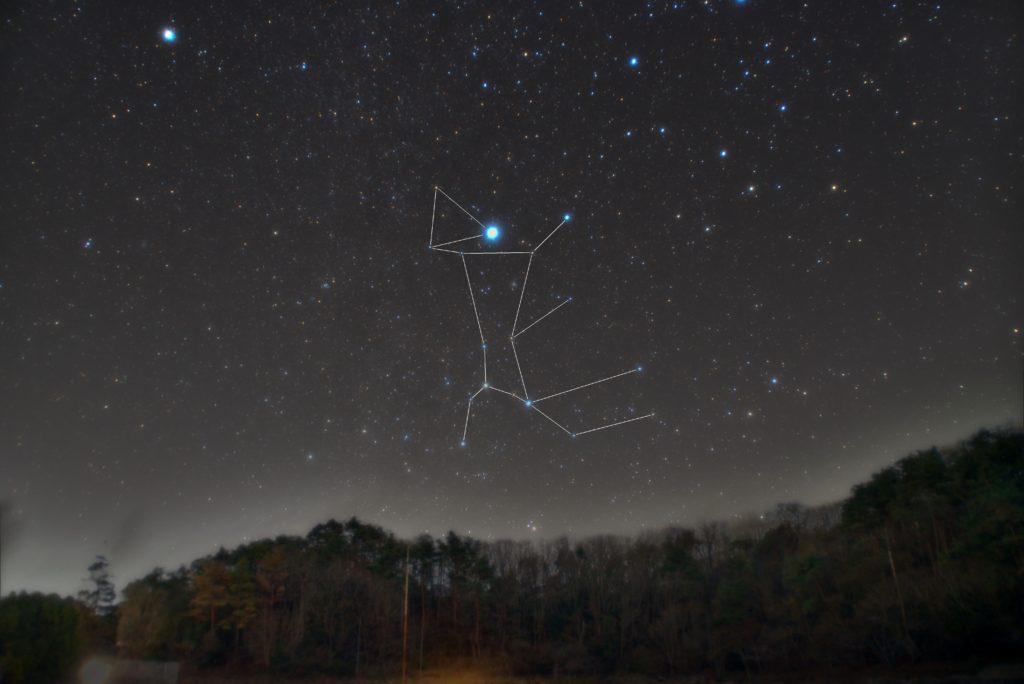 おおいぬ座(大犬座)の星座線入り新星野写真(星空写真)です。撮影日時は2018年12月10日23時26分44秒から。PENTAX KP/TAMRON AF18-200mm F3.5-6.3 XR DiII/プロソフトンA/フルサイズ換算27㎜/星空追尾:ISO3200/露出2分/F4.5/16枚を加算平均コンポジット/ダーク減算なし/ソフトビニングフラット補正で地上固定はISO6400/F4.5/2分/4枚です。