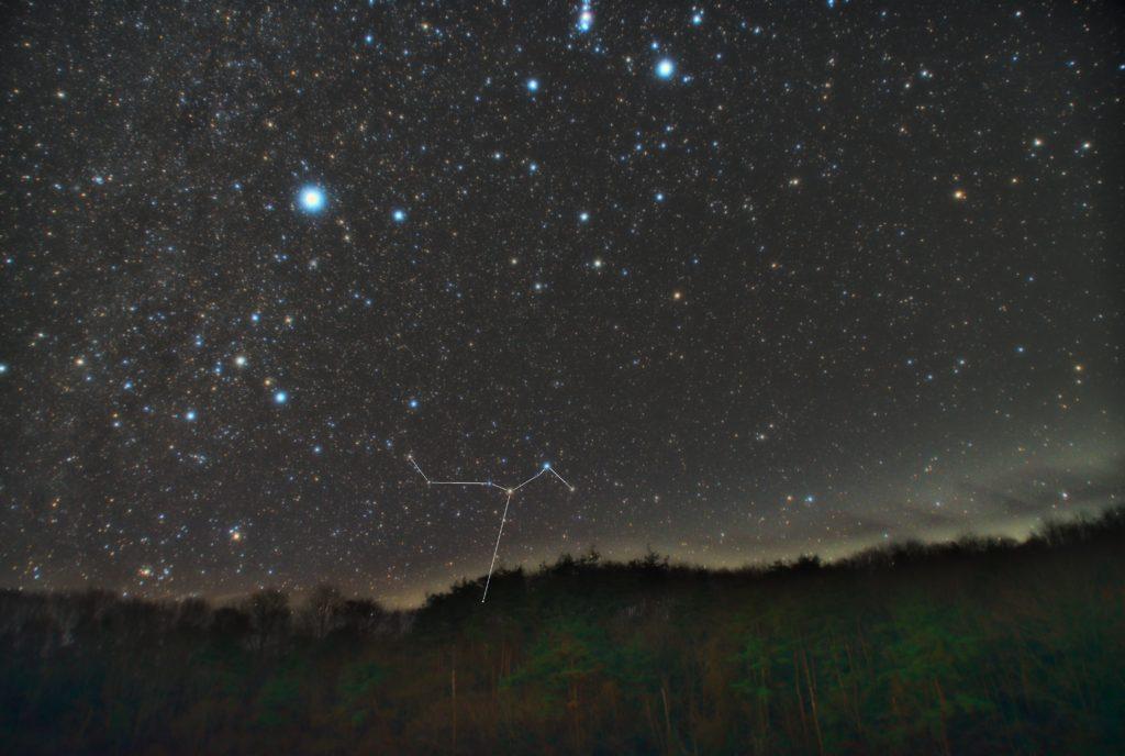 はと座(鳩座)の星座線入り新星景写真(星空写真)です。撮影日時は2018年12月11日00時16分30秒から。PENTAX KP/TAMRON AF18-200mm F3.5-6.3 XR DiII/プロソフトンA/フルサイズ換算27㎜/ISO3200/露出2分/F4.5/16枚を加算平均コンポジット/ダーク減算なし/ソフトビニングフラット補正です。