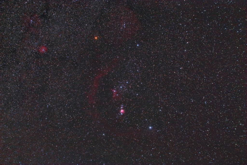 2018年11月10日23時35分20秒から一眼レフカメラのCANON EOS KISS X2 赤外線改造機とTAMRON ズームレンズ AF28-300mm F3.5-6.3 ASPHERICAL XR LCのカメラレンズでISO1600/F5.6/露出4分/16枚を加算平均コンポジットしたフルサイズ換算42㎜のオリオン座の星座線なし星野写真(星空写真)です。