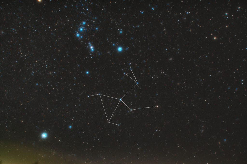 うさぎ座(兎座)の星座線入り星野写真(星空写真)です。撮影日時は2018年11月10日23時31分01時44秒から。PENTAX KP/TAMRON AF18-200mm F3.5-6.3 XR DiII/プロソフトンA/フルサイズ換算27㎜(トリミングあり)/ISO1600/露出2分/F4.5/15枚を加算平均コンポジット/ダーク減算なし/ソフトビニングフラット補正です。