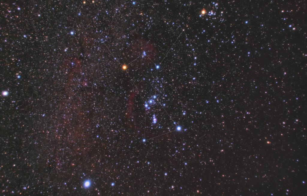 2018年10月09日03時50分54秒からリコーの一眼レフカメラPENTAX KPとTAMRONズームレンズ AF18-200mm F3.5-6.3 XR DiII ペンタックス用のカメラレンズでISO12800/F4.5/露出1分/32枚を加算平均コンポジットしたフルサイズ換算28㎜のオリオン座の星座線入り星野写真(星空写真)です。