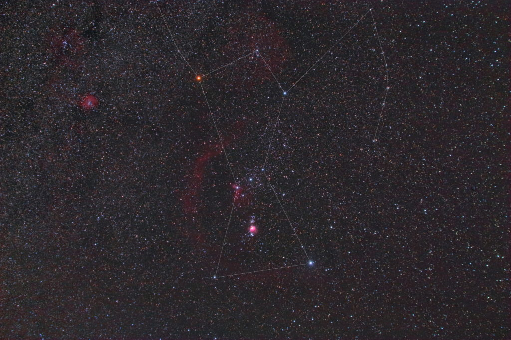 2018年11月10日23時35分20秒から一眼レフカメラのCANON EOS KISS X2 赤外線改造機とTAMRON ズームレンズ AF28-300mm F3.5-6.3 ASPHERICAL XR LCのカメラレンズでISO1600/F5.6/露出4分/16枚を加算平均コンポジットしたフルサイズ換算42㎜のオリオン座の星座線あり星野写真(星空写真)です。