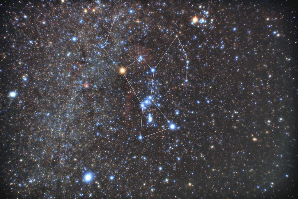 オリオン座の星座線入り星野写真(星空写真)です。撮影日は2018年10月09日03時50分54秒~。一眼レフカメラ(PENTAX KP)/カメラレンズ(TAMRON ズームレンズ AF18-200mm F3.5-6.3 XR DiII ペンタックス用)/フルサイズ換算27㎜/ISO12800/F4.5/露出1分/32枚を加算平均コンポジット/ダーク減算なし/ソフトビニングフラット補正です。