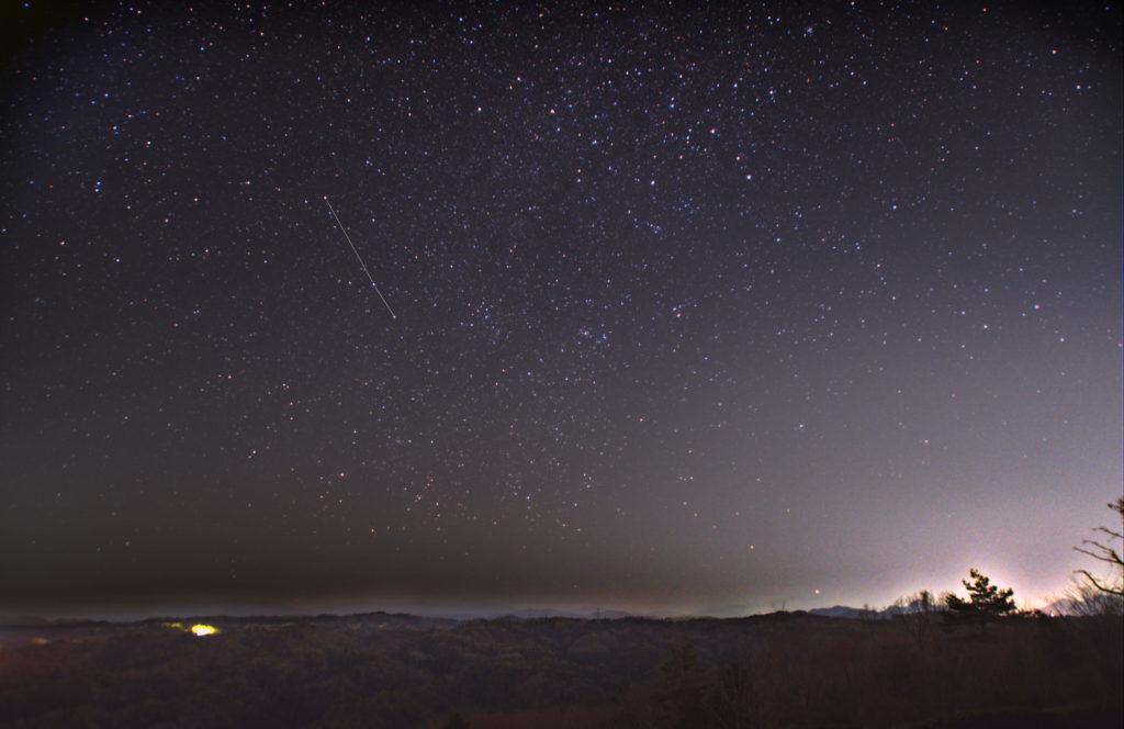 らしんばん座(羅針盤座)の星座線入り新星野写真(星空写真)です。撮影日時は2020年03月20日19時32分26秒から。PENTAX KP/TAMRON AF18-200mm F3.5-6.3 XR DiII/フルサイズ換算28㎜/星空追尾はISO800/F3.5/1分/30枚/FL換算約28mmを加算平均コンポジット/ダーク減算なし/ソフトビニングフラット補正で星空固定はISO3200/F3.5/15秒/1枚、地上固定はISO1600/F3.5/12秒です。