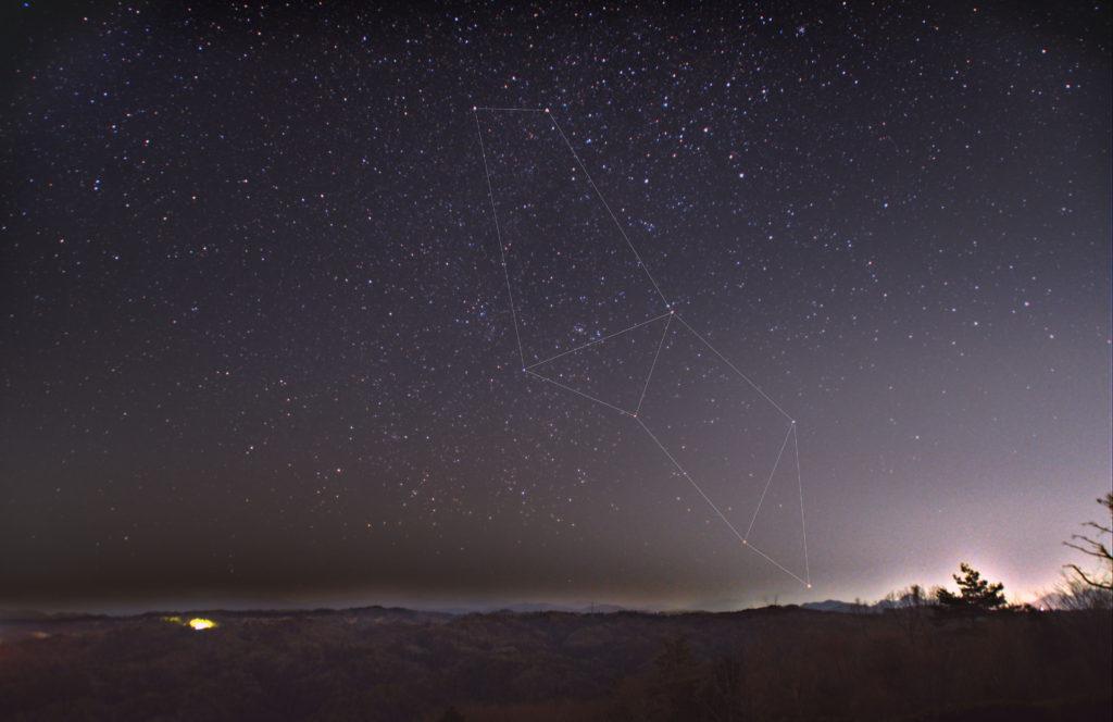 とも座(艫座)の星座線入り新星野写真(星空写真)です。撮影日時は2020年03月20日19時32分26秒から。PENTAX KP/TAMRON AF18-200mm F3.5-6.3 XR DiII/フルサイズ換算28㎜/星空追尾はISO800/F3.5/1分/30枚/FL換算約28mmを加算平均コンポジット/ダーク減算なし/ソフトビニングフラット補正で星空固定はISO3200/F3.5/15秒/1枚、地上固定はISO1600/F3.5/12秒です。
