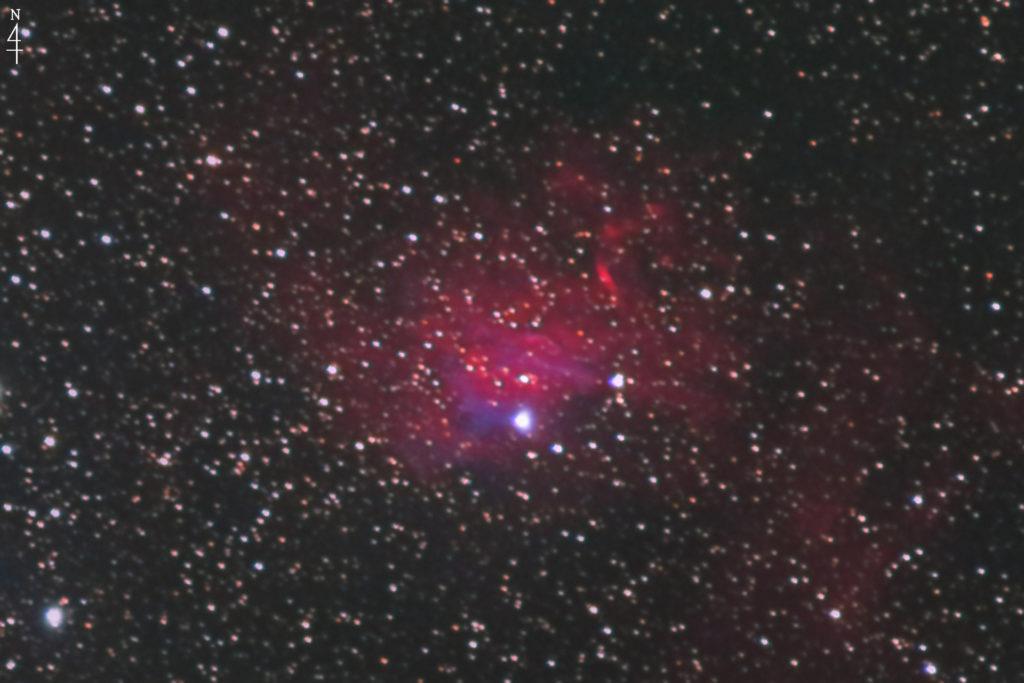 2020年10月21日00時08分28秒からシグマのズームレンズ「APO70-200mm F2.8 EX DG OS HSM」とCANONの一眼レフカメラのEOS KISS X2の赤外線改造カメラでISO1600/F2.8/露出2分で撮影して35枚を加算平均コンポジットしたフルサイズ換算約1497mmのIC405(Sh2-229)勾玉星雲の天体写真です。