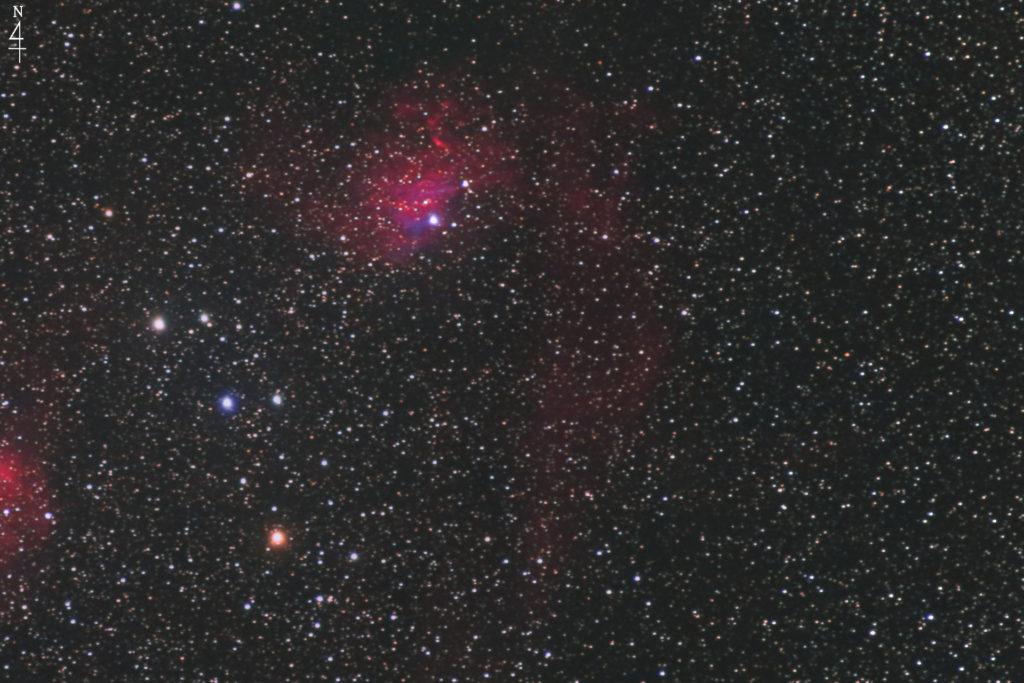 2020年10月21日00時08分28秒からシグマのズームレンズ「APO70-200mm F2.8 EX DG OS HSM」とCANONの一眼レフカメラのEOS KISS X2の赤外線改造カメラでISO1600/F2.8/露出2分で撮影して35枚を加算平均コンポジットしたフルサイズ換算約702mmのIC405(勾玉星雲)を含めたSh2-229全体の天体写真です。