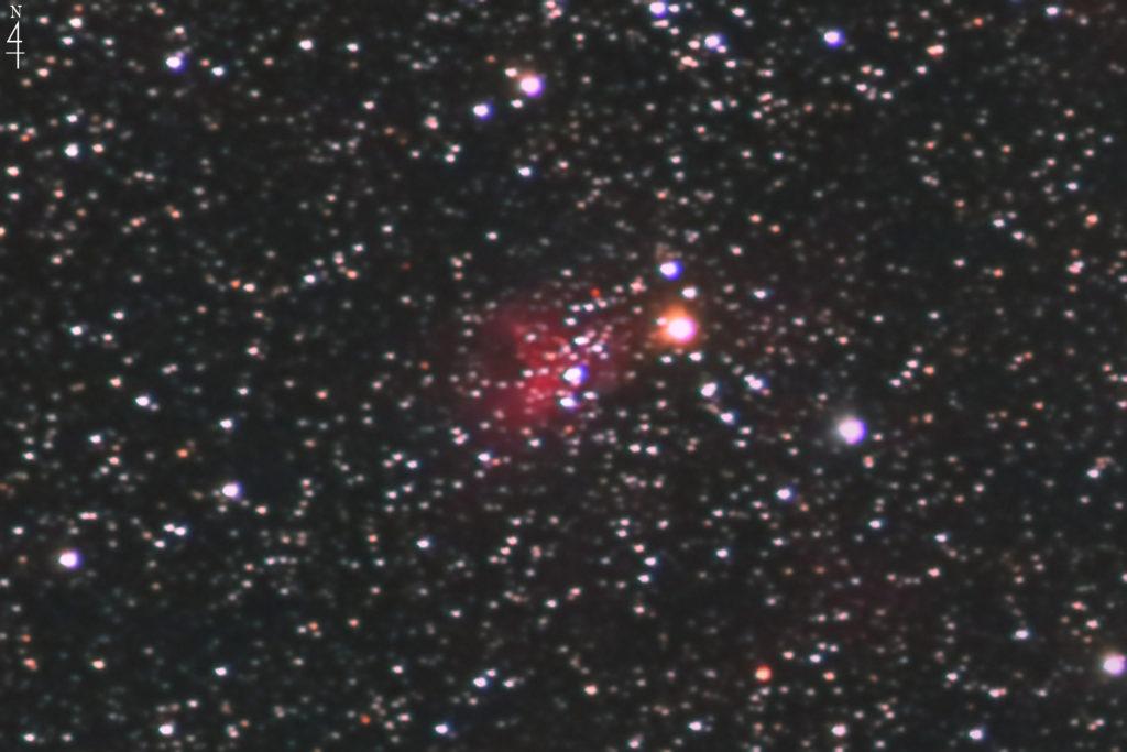 2020年10月21日00時08分28秒からシグマのズームレンズ「APO70-200mm F2.8 EX DG OS HSM」とCANONの一眼レフカメラのEOS KISS X2の赤外線改造カメラでISO1600/F2.8/露出2分で撮影して35枚を加算平均コンポジットしたフルサイズ換算約1895mmのIC417(Sh2-234)スパイダー星雲の天体写真です。