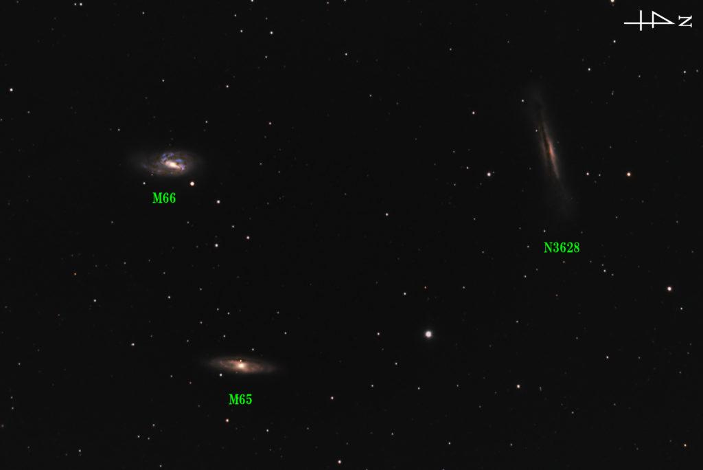 2018年04月18日21時07分51秒からミードの反射望遠鏡LXD55とリコーの一眼レフカメラPENTAX-KPでISO25600/露出30秒で114枚を加算平均コンポジットしたフルサイズ換算約1815㎜の獅子座(しし座)の三つ子銀河の天体写真です。左上がM66で左下がM65、右上がNGC3628(ハンバーガー銀河)です。