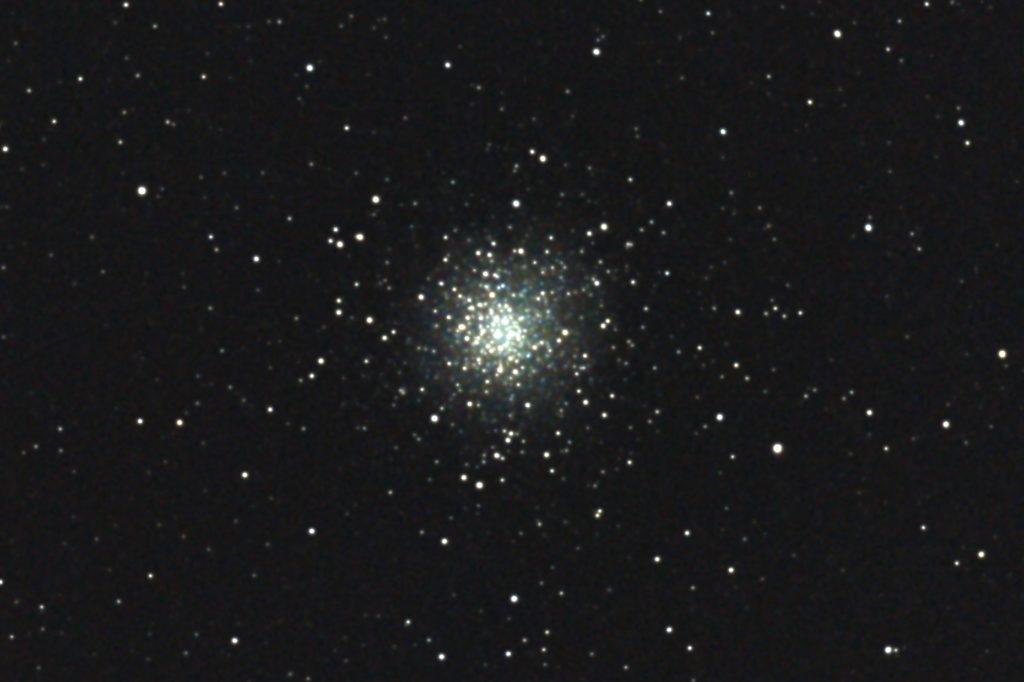 2017年04月24日03時39分50秒から15.2cmF5の反射望遠鏡「ミードLXD-55」とリコーの一眼レフカメラPENTAX-KPでISO25600/露出20秒で撮影して9枚を加算平均コンポジットしたフルサイズ換算約3399mmのM10(球状星団)のメシエ天体写真です。