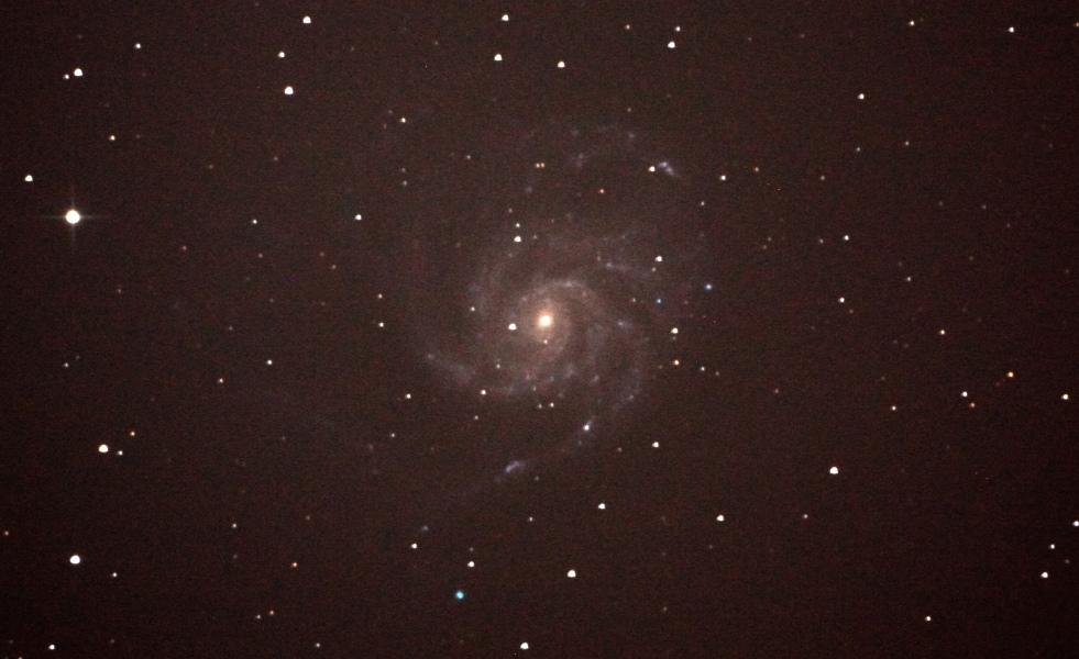 口径25cm/f4.8/EOS KISS x2/ISO1600/露出180秒×2枚を加算平均コンポジットしたM101(回転花火銀河)の写真です。
