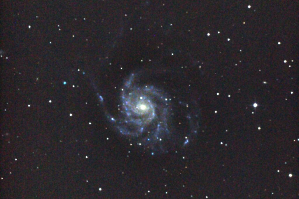 口径25cm/f4.8/EOS KISS x2/ISO1600/カメラのダーク処理/ソフトビニングフラット補正/露出180秒×2枚を加算平均コンポジットで2012年03月28日04月14日46分00秒から撮影したM101(回転花火銀河)のメシエ天体写真です。