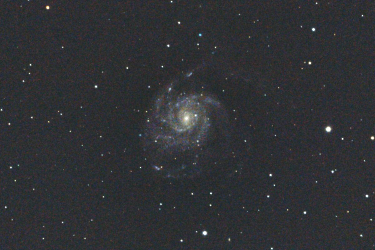 口径15.2cm反射望遠鏡LXD55/CANON EOS KISS X7i/カメラのダーク処理/ソフトビニングフラット補正/ISO6400で露出30秒を10枚加算平均コンポジットした2017年01月04日02時45分32秒から撮影したM101(回転花火銀河)のメシエ天体写真です。