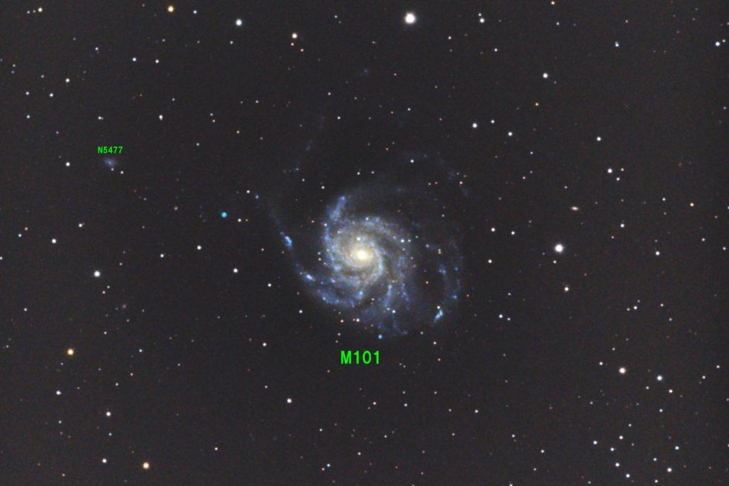 口径15.2cm反射望遠鏡(LXD-55)/F5/PENTAX-KP/ISO25600/ダーク減算なし/ソフトビニングフラット補正/リアレゾOFF/露出45秒×80枚を加算平均コンポジットした2018年05月15日00時14分43秒から撮影したM101(回転花火銀河)のメシエ天体写真です。