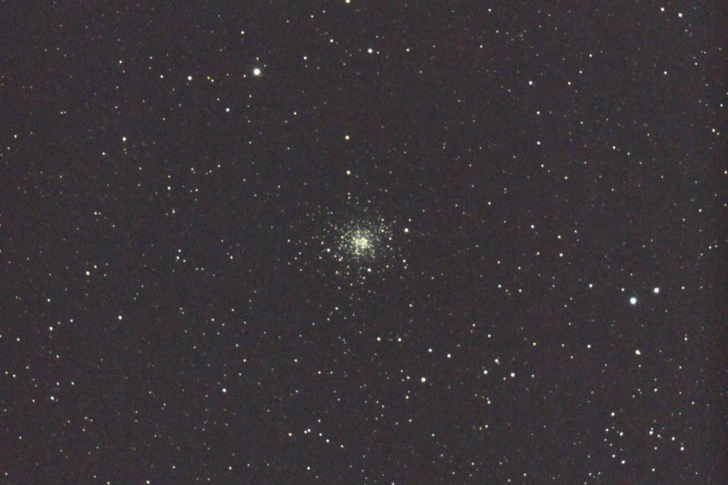 2017年04月24日02時50分07秒から15.2cmF5の反射望遠鏡「ミードLXD55」とキャノンの一眼レフカメラEOS KISS X7iでISO25600/露出20秒で撮影して10枚を加算平均コンポジットしたフルサイズ換算約1852mmのM107のメシエ天体写真です。