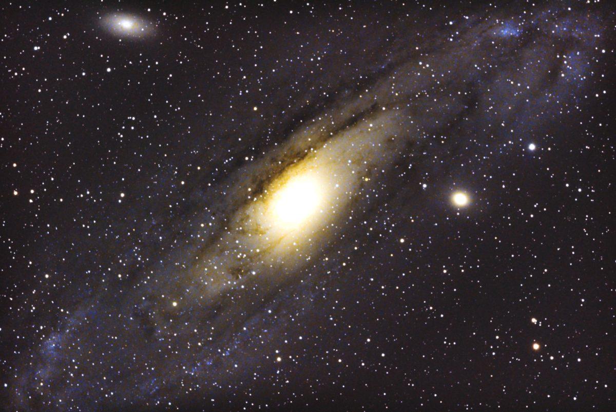 口径15.2cm反射望遠鏡(LXD-55)/F5/PENTAX-KP/ISO25600/カメラダーク/ソフトビニングフラット補正/リアルレゾリューションON/露出20秒×32枚を加算平均コンポジットした2017年11月15日19時47分42秒から撮影したM110(左上)、M31アンドロメダ銀河(中央)、M32(右)のメシエ天体写真です。
