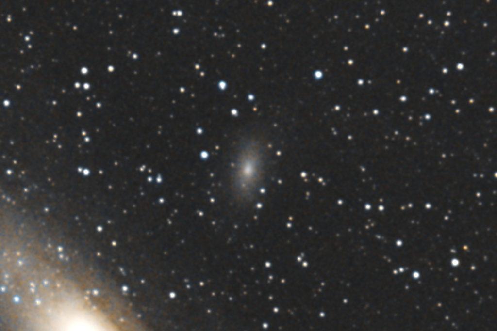 タムロンズームレンズ AF18-200mm F3.5-6.3 XR DiII でフルサイズ換算300㎜/F6.3/PENTAX-KP/ISO51200/ダーク減算なし/ソフトビニングフラット補正/リアルレゾリューションON/露出30秒×32枚を加算平均コンポジットした2018年08月11日00時57分31秒から撮影したM110のメシエ天体写真です。