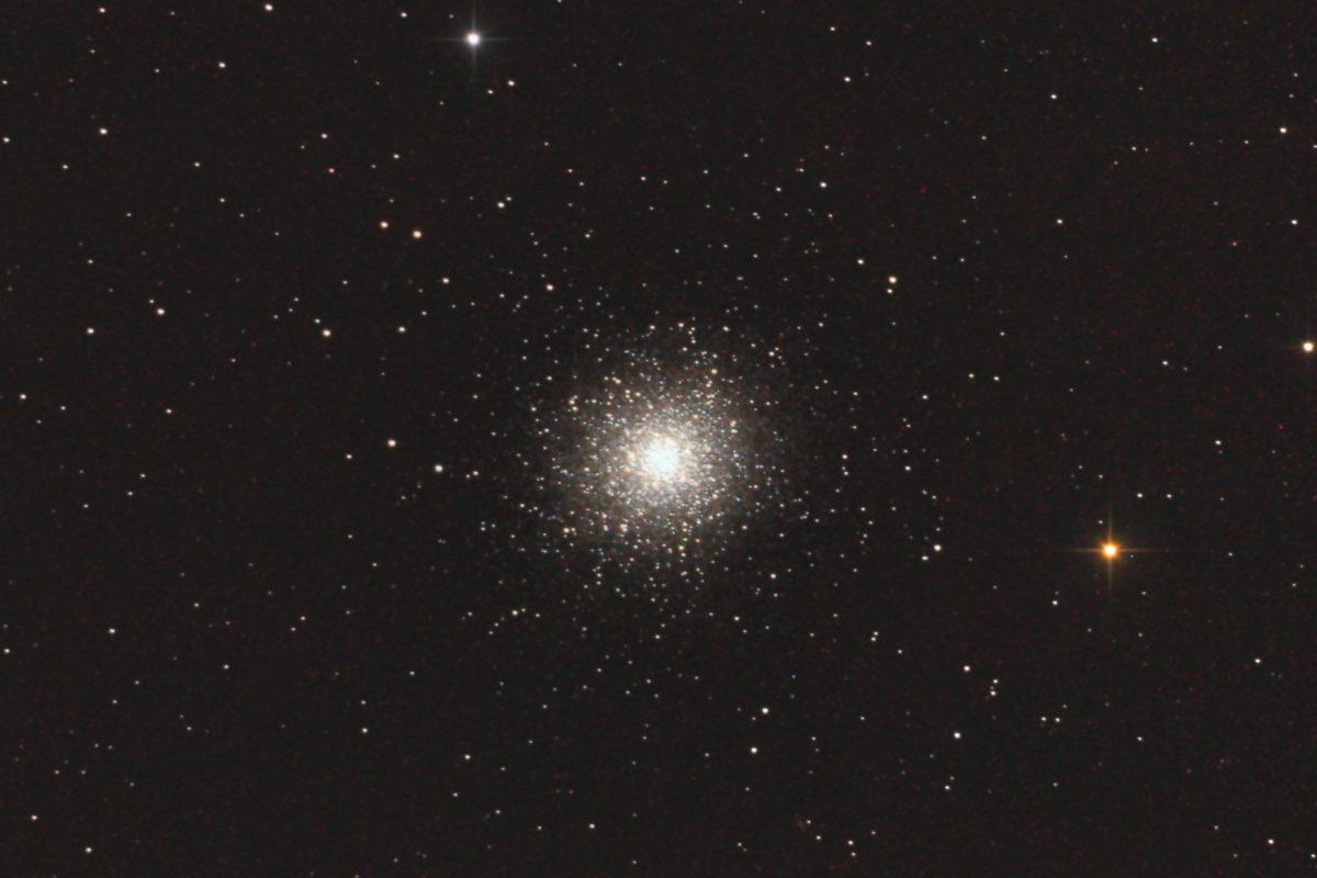 口径25cm反射望遠鏡(whity DOB)/F4.8/CANON EOS KISS X2/ISO1600/カメラのダーク/ソフトビニングフラット補正/露出180秒×jpeg2枚を加算平均コンポジットした2013年07月09日23時31分21秒から撮影したM13(球状星団)のメシエ天体写真です。