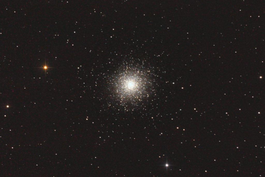 2013年07月09日23時31分21秒から国際光器の25cmF4.8の反射望遠鏡WHITEY DOBとキャノンの一眼レフカメラEOS KISS X2でISO1600/露出180秒で撮影してjpeg2枚を加算平均コンポジットしたフルサイズ換算約2836mmのM13(球状星団)のメシエ天体写真です。